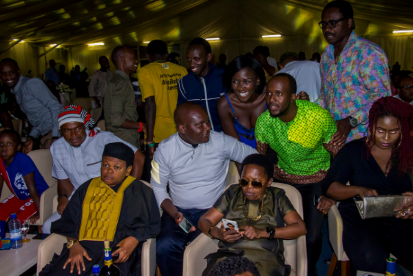 For the umpteenth time, fans swarm Aki and Paw Paw while the gala was ongoing