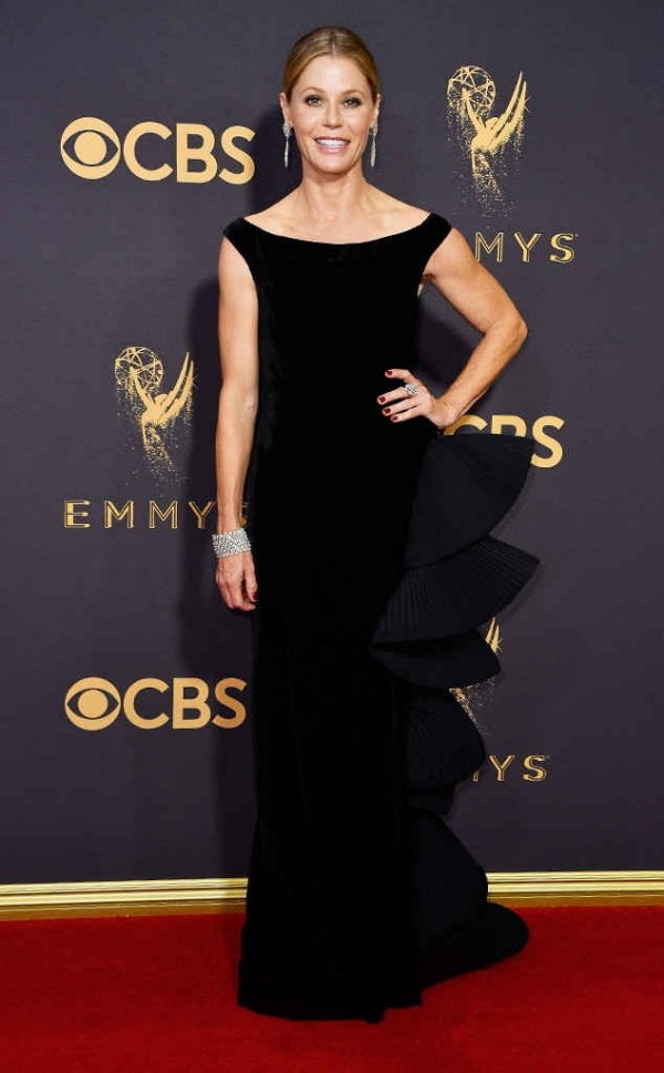 emmyrs_634x1024-170917163718-634-emmy-awards-arrivals-2017-julie-bowen