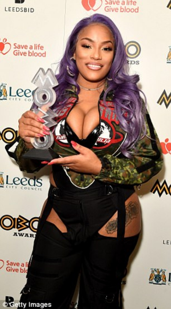 MOBO46D1BE4400000578-5130007-Thrilled_British_rapper_and_singer_Stefflon_Don_picked_up_Best_F-a-18_1512001645369