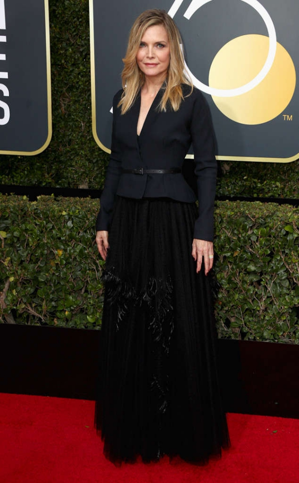 rs_634x1024-180107162730-634-red-carpet-fashion-2018-golden-globe-awards-michelle-pfeiffer.
