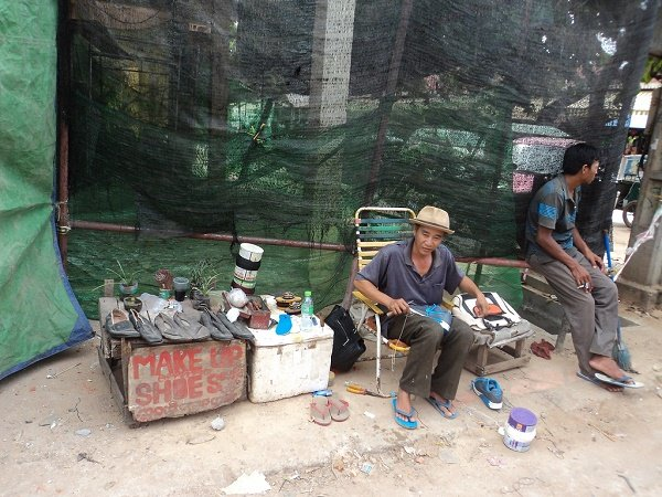 Barber, tailor, shoe maker... foreigners banned from 10 types of jobs in Cambodia