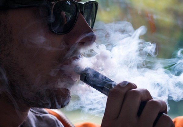 Medical experts link mysterious lung diseases to vaping