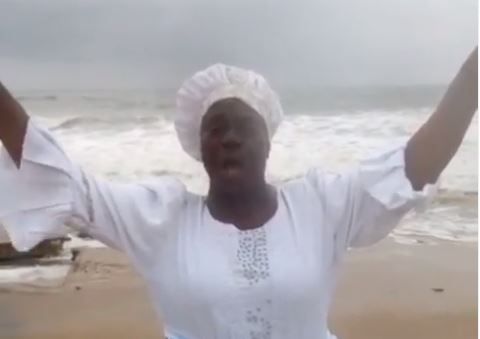 'God my country is dying' -- Iya Rainbow prays for Nigeria at the beach