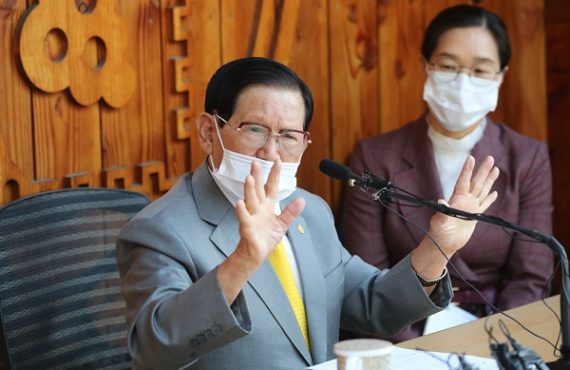 Lee Man-hee, the founder of the Shincheonji Church of Jesus in South Korea, has apologised over allegations that his members facilitated the spread of coronavirus