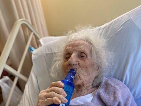 EXTRA: 103-year-old woman celebrates COVID-19 recovery with beer