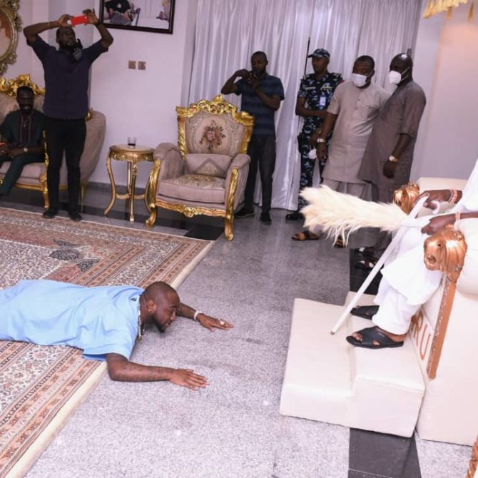 PHOTOS: Davido prostrates before Oniru — after MC Oluomo visit