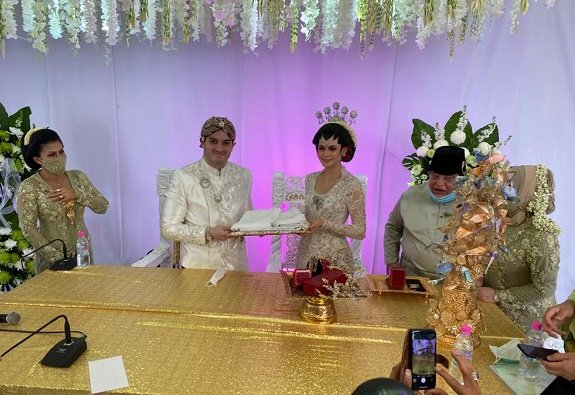 COVID-19: Couple stages 10,000 people drive-thru wedding in Malaysia