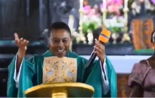 EXTRA: Pastor grooves to Teni's 'Case' with congregation