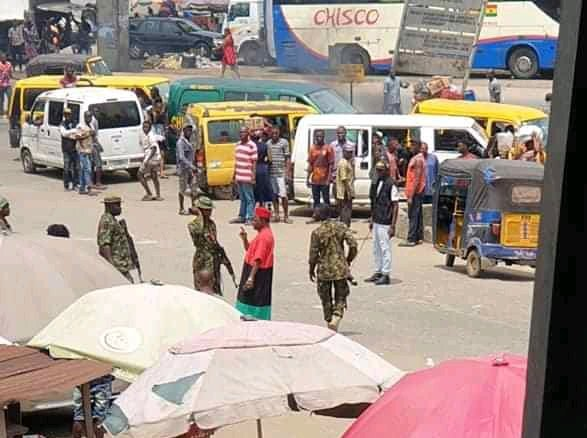 VIDEO: Soldiers intercept Chiwetalu Agu for wearing Biafra outfit